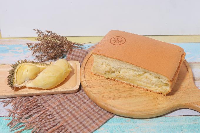 Hương vị sầu riêng: Một trong những đặc trưng của Le Castella Đài Loan nay đã xuất hiện tại thị trường Việt Nam. Bánh gây ấn tượng nhờ hương thơm đặc trưng cùng vị béo từ sầu riêng, mang đến trải nghiệm khó quên cho thực khách.