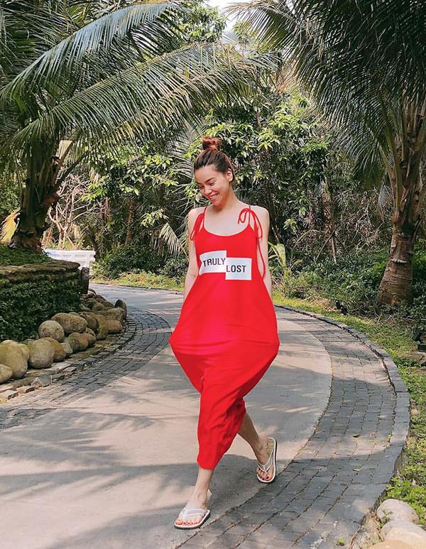 Áo liền quần kiểu hai dây với thiết kế đáy thụng phóng khoáng được Hồ Ngọc Hà chọn lựa sử dụng khi nghỉ dưỡng tại Đà Nẵng.