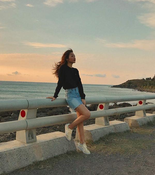 Khả Ngân khoẻ khoắn và năng động cùng cách mix chân váy jean xé gấu,áo sweater và giầy thể thao.