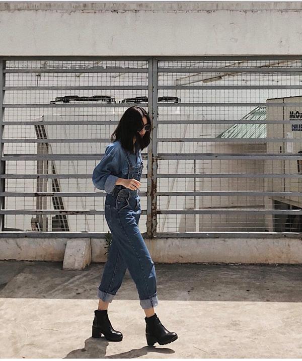 Tú Hảo chọn sơ mi denim để mang đến sự ăn ý cho kiểu quần yếm jean cổ điển. Người đẹp còn chọn thêm bốt cổ thấp đế cao để tăng nét cá tính.