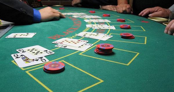 Chồng nghiện cờ bạc mang vợ con ra cá cược, vợ đệ đơn ly hôn