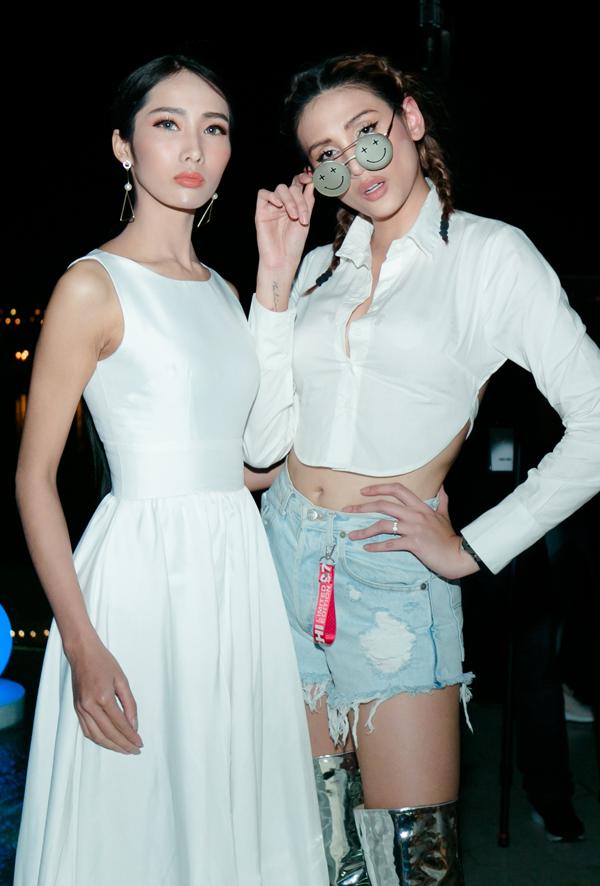 Chân dài Võ Hoàng Yến ăn mặc cá tính chụp ảnh cùng một người bạn.