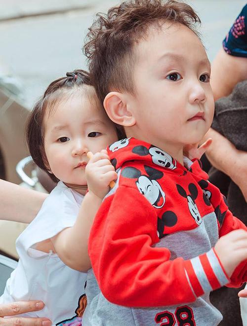 Khoảnh khắc tình cảm của bé Son và anh trai Su Hào nhà Tuấn Hưng khiến các fan ôm tim.