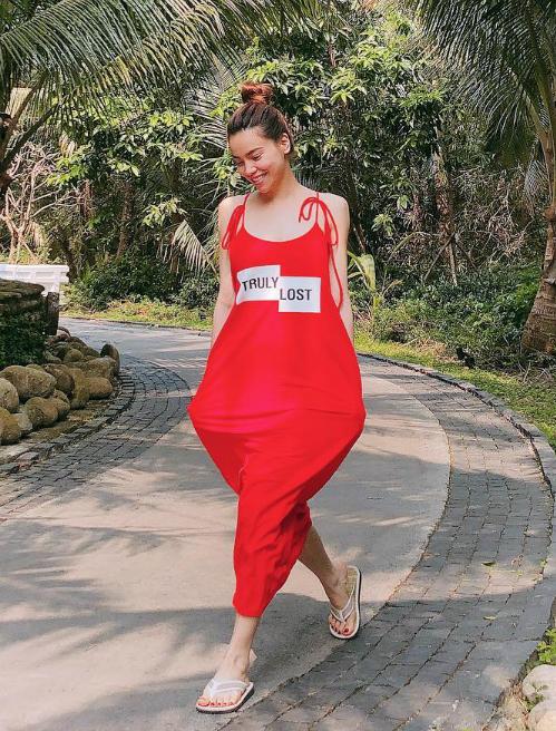 Hồ Ngọc Hà tung tăng trong bộ jumpsuit màu đỏ rộng thùng thình.