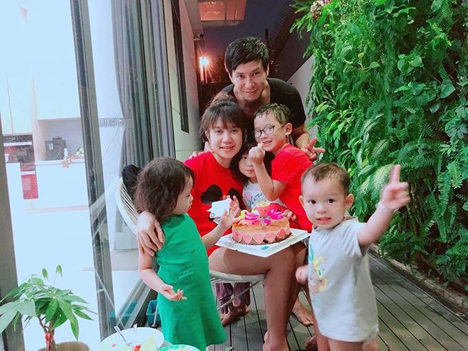 Ba bé nhà Lý Hải - Minh Hà tặng bánh sinh nhật cho mẹ. Bé Rio còn tự tay vẽ bức tranh gửi đến mẹ Hà.