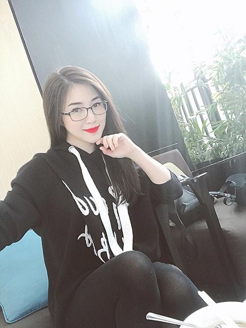 Hương Tràm đăng ảnh đời thường, trang điểm nhẹ nhàng và đeo kính cận. Cô lên đường lưu diễn một tuần ở nước ngoài.