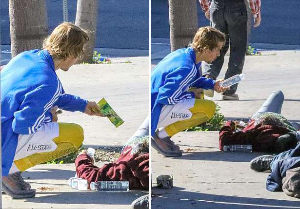 Sáng thứ 4, 28/3, sau khi chạy tập thể dục ở Los Angeles, Justin Bieber dừng lại bên vỉa hè nơi hai vợ chồng người vô gia cư đang nằm ngủ. Nam ca sĩ biếu họ chai nước và một chiếc bánh.