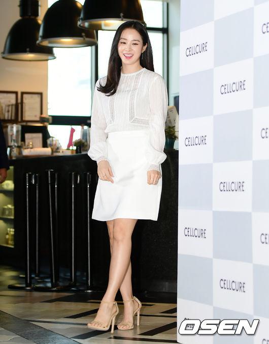 Chiều nay 29/3, Kim Tae Hee dự sự kiện của một thương hiệu mỹ phẩm mà cô là đại diện hình ảnh. Nữ diễn viên ăn mặc thanh lịch, kín đáo, gương mặt rạng rỡ. Sinh con được 5 tháng, Kim Tae Hee tròn trịa hơn trước một chút, nhưng vóc dángcô vẫn rất đẹp.