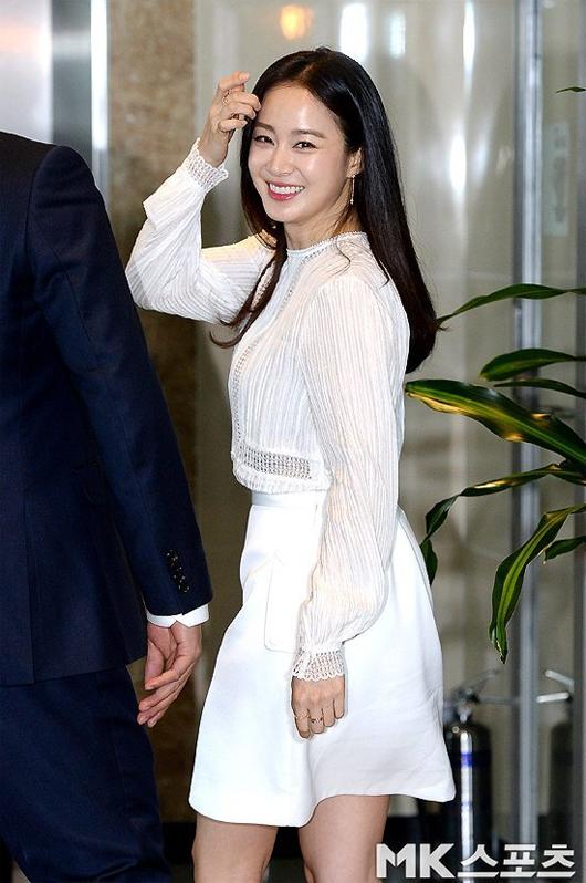 Kim Tae Hee mặt tròn trịa hơn sau 5 tháng sinh con - 1