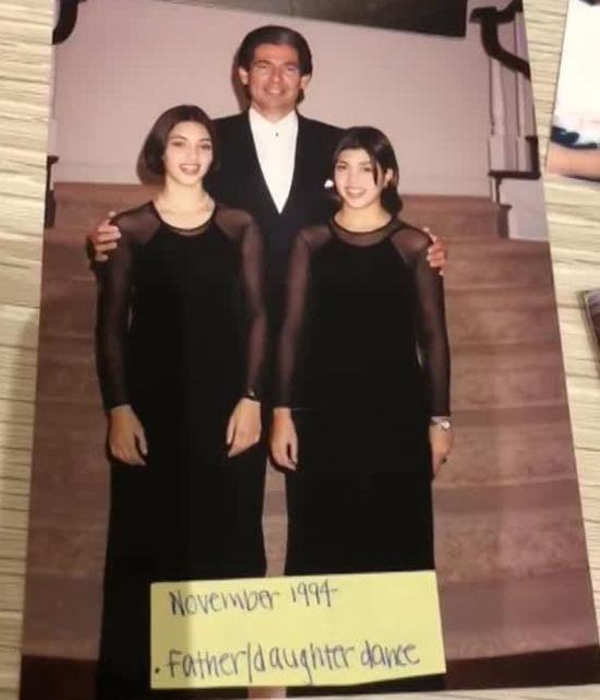 Kim chụp ảnh cùng bố và chị gái Kourtney năm 13 tuổi.