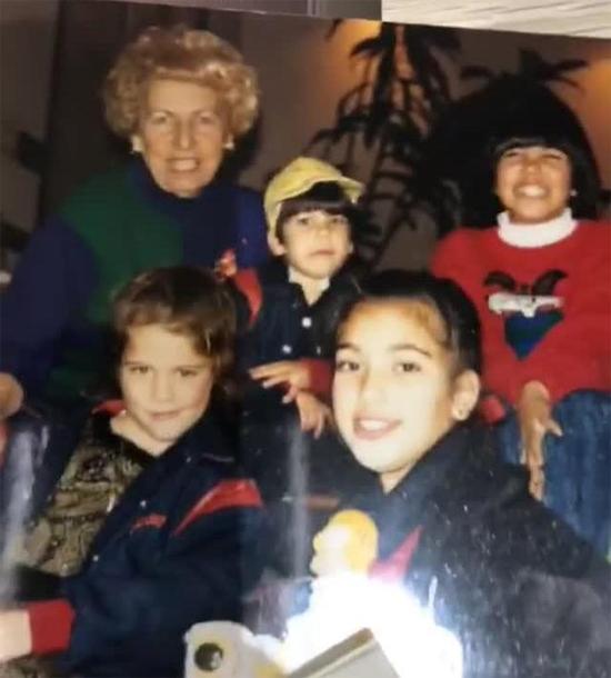 Kim lúc nhỏ bên các chị em gái và bà ngoại.