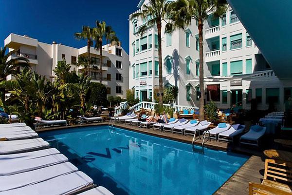 Ngoài bể bơi ngoài trời, khách sạn của Messi còn có quầy bar trên tầng thượng