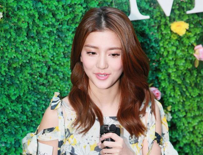 Ngô Thiên Ngữ khẳng định cô sống rất ổn và thoải mái sau khi chia tay Lâm Phong.