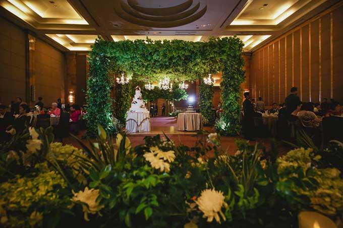 Sân khấu chính được bao quanh bởi những vòm cây và đèn chùm lộng lẫy.