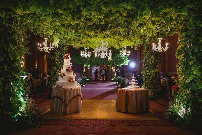 Chỉ một số ít màu nóng xuất hiện trong phần trang trí như hoa hồng đỏ trên bánh cưới hay những bình hoa bàn tiệc, hoa khu vực gallery.