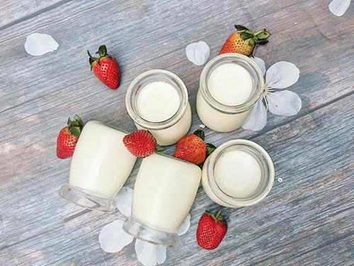 Sữa chua thành phẩm sánh mịn, úp ngược không đổ. Ảnh: Nguyễn Bích Ngọc