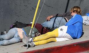 Justin Bieber nằm trên vỉa hè tâm sự với người vô gia cư