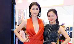 'Gái một con' Trang Trần khoe vòng một lấp ló tại rạp phim