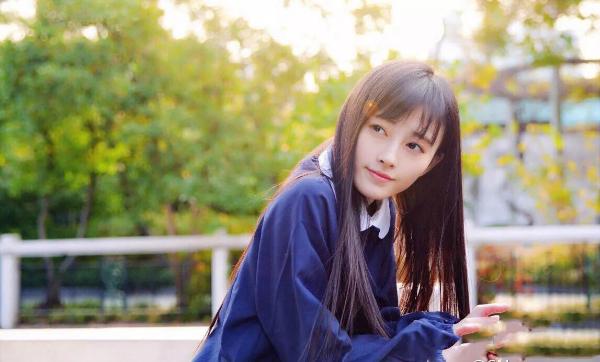 Cúc Tịnh Y sinh ngày 18/6/1994 tại Tứ Xuyên, Trung Quốc. Từ nhỏ, người đẹp đãcó niềm đam mê ca hát mãnh liệt. Khi lên cấp 2, cô theo học tại Học viện Âm nhạc Tứ Xuyên và gặt hái được nhiều thành tích tại những cuộc thi do trường tổ chức.