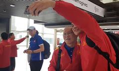 HLV Park Hang-seo khoác vai Đặng Văn Lâm selfie ở sân bay Jordan