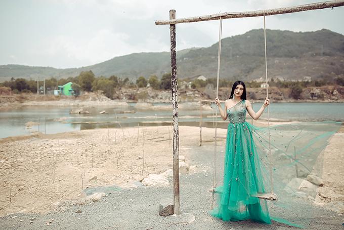 Tối 29/3, Tiêu Châu Như Quỳnh chính thức ra mắt MV Tình yêu không có lỗi sau thời gian làm hậu kỳ. Ca khúc của nhạc sĩ Phúc Trường viết riêng cho cô, có giai điệu và lời ca buồn.