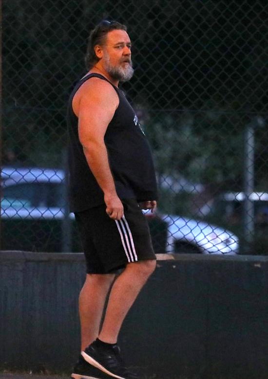 Khi bước sang tuổi trung niên, Russell Crowe đã xuống sắc nhanh chóng. Nhiều năm nay, Russell không thể kiểm soát được thân hình phát tướng. Tài tử 53 tuổi xuất hiện với bụng bia và râu bạc phơ trong khi đi chơi với con trai ở Sydney vào đầu tuần này.