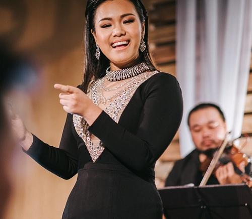 Phương Vythể hiện nhiều ca khúc trong buổi tiệc sinh nhật nest by AIA.