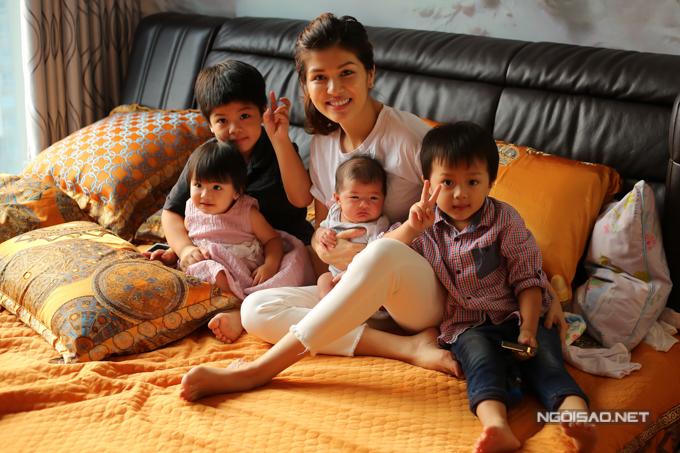 Oanh Yến và các con đang sống tại một căn hộ chung cư ở TP HCM. Con lớn nhất của người đẹp được 5 tuổi còn bé nhỏ nhất mới gần 2 tháng tuổi. Mỹ nhân quê Bà Rịa - Vũng Tàu khiến nhiều người bất ngờ khi quyết định làm mẹ đơn thân, một mình nuôi nấng tất cả các con.