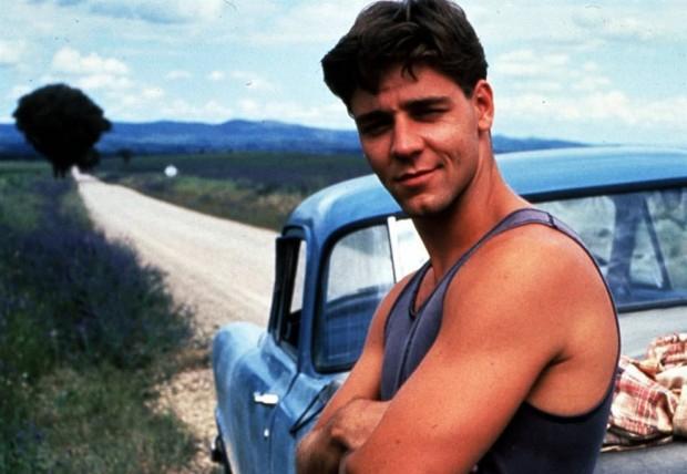 Russell Crowe ngày trẻ đã khiến biết bao cô gái mê mệt với vẻ đẹp lãng tử và thân hình rắn rỏi của một chàng trai Australia. Không chỉ chinh phục trái tim các khán giả nữ, nam diễn viên còn giành giải Oscar với vai diễn Đại tướng La mã Maximus trong bộ phim Gladiator (Võ sĩ giác đấu) năm 2000.