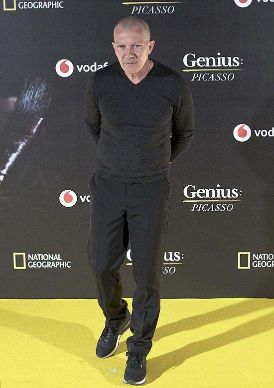 Antonio Banderas hiện ở tuổi 57, vẫn giữ được phong độ và tiếp tục tham gia các bộ phim hành động (như Security năm ngoái), tuy nhiên, gương mặt nam diễn viên đã già đi rất nhiều.