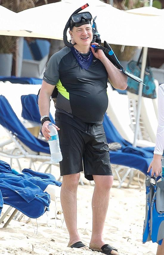 Gần 10 năm sau khi ngừng đóng phim, Brendan Fraser đã thay đổi không thể nhận ra. Tài tử 49 tuổi gần đây đi tắm biển cùng 3 người con, lộ bụng bia vượt mặt cùng thân hình kém săn chắc.