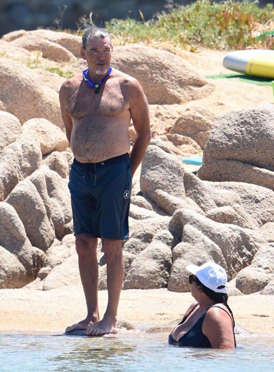 16 năm sau ngày đóng James Bond, Pierce Brosnan đã bước sang tuổi xế chiều. Ngôi sao 64 tuổi không quan tâm nhiều đến ngoại hình mà tận hưởng cuộc sống vui vẻ, hạnh phúc bên bà xã và hai người con.