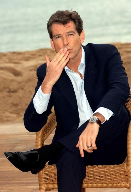 Đầu thập niên 2000, Pierce Brosnan tạo cơn sốt với loạt phim Điệp viên 007. Anh được nhiều fan bình chọn là James Bond quyến rũ nhất màn ảnh dù lúc đó tuổi cũng đã ngoài 40.