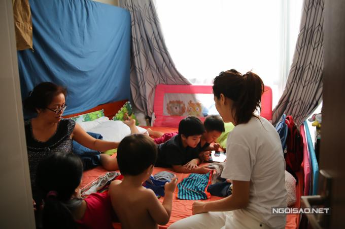 Oanh Yến thuê tới 3 người giúp việc để phụ cô chăm sóc các con, dọn dẹp nhà cửa. Dù vậy, căn hộ của người đẹp vẫn khá bừa bộn vì lũ trẻ nghịch ngợm, bày bừa quần áo, đồ chơi liên tục.