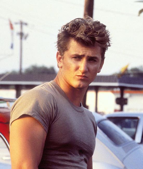 Sean Penn những năm 1980 - 1990 là hot boy màn ảnh với chất ngông khiến biết bao cô gái thổn thức. Tài tử cũng từng khiến biểu tượng sex Madonna mê mệt và hai người kết hôn vào năm 1985 trước khi ly hôn năm 1989.