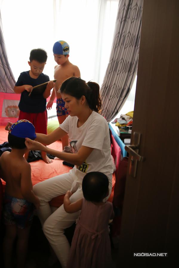 Mỗi khi con ra ngoài, Oanh Yến tự tay chuẩn bị quần áo, vật dụng cần thiết cho từng bé.