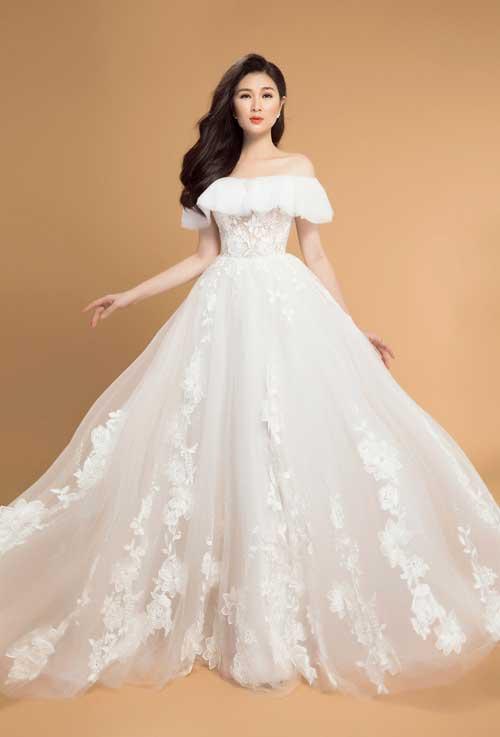 Váy cưới bồng xòe công chúa: Vì hầu như cô gái nào cũng có một giấc mơ được trở thành công chúa từ thuở nhỏ nên luôn không thể bỏ qua kiểu váy này trong ngày cưới. Những thiết kế off-shoulder (trễ vai) được ưa chuộng từ năm ngoái vẫn giữ vững chỗ đứng trong nửa đầu mùa mốt năm nay.