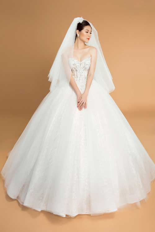 Thiết kế này được xem là kinh điển khi hội tụ hầu như tất cả các chi tiết của kiểu váy cưới công chúa truyền thống: Chân váy xòe rộng, cúp ngực trái tim và đính đápha lê Swarovski. Sẽ thật tuyệt nếu bạn chọn kiểu váy này cho một tiệc cưới trong không gian sang trọng.