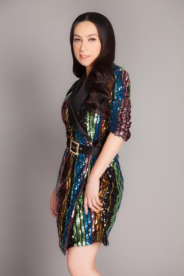 Ở tuổi 45, nữ ca sĩ chuyên dòng nhạc trữ tình trông trẻ trung hơn tuổi nhờ các kiểu váy vest lấp lánh, chân váy bút chì tôn đường cong.