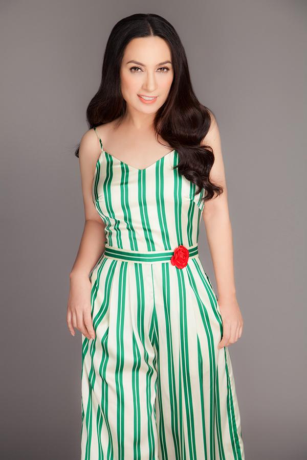 Các kiểu jumpsuit kẻ sọc thịnh hành với màu sắc tươi tắn, phom dáng hiện đại cũng được lựa chọn cho nữ ca sĩ.