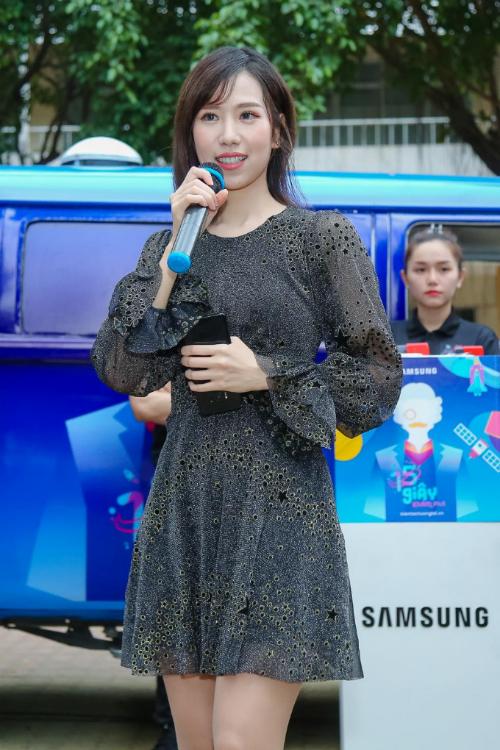 Min xuất hiện với váy đen xuyên thấu tại trường THPT Thực hành Sư phạm.
