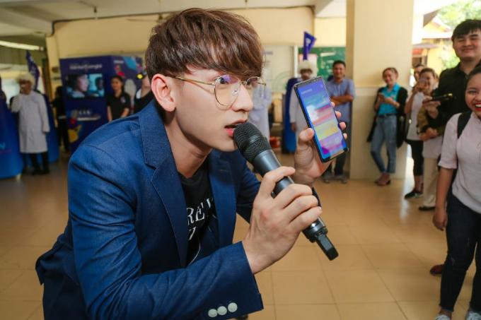 Isaac kêu gọi học sinh trường THPT Hùng Vương tham gia để rinh giải thưởng khủng.