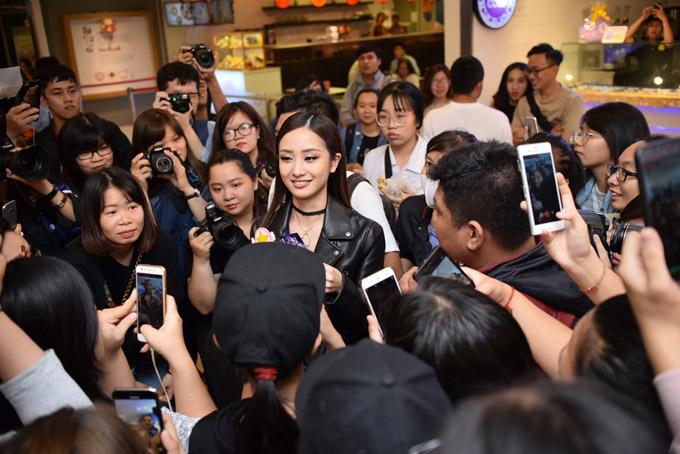Jun Vũ được rừng fan bao vây khi xuất hiện tại sự kiện - 10