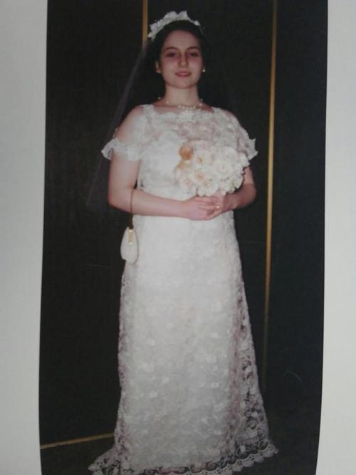 Angel trong hôn lễ năm 13 tuổi.