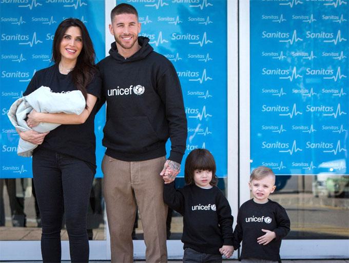 Bạn gái Sergio Ramos cười tươi bế con rời viện ba ngày sau sinh - 1