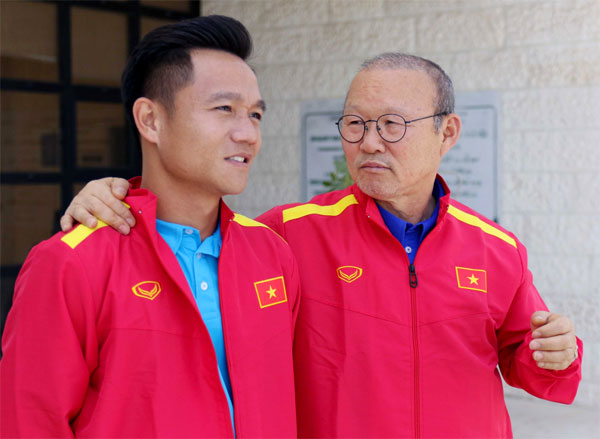 HLV Park Hang-seo và đội trưởng tuyển Việt Nam Đinh Thanh Trung. Ảnh: NN.