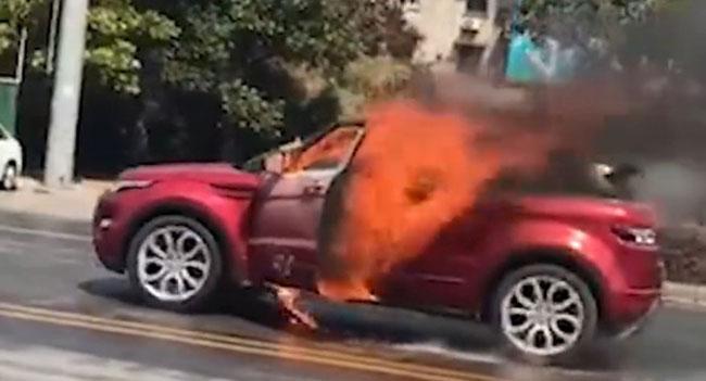 Ngọn lửa bùng cháy từ bên trong xe do người đàn ông tự phóng hỏa.