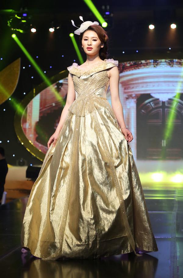 Mỗi chiếc đầm dạ hội góp phần tô điểm cho vẻ đẹp kiêu sa lộng lẫy của người phụ nữ quý tộc.