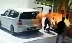 Trạm xăng cháy vì tài xế bơm xăng không tắt động cơ xe