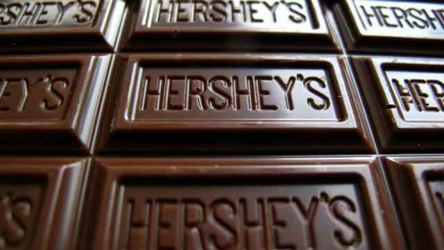 Tên nhà sáng lập được in trên mỗi sản phẩm của Hersheys. Ảnh: Hersheys.